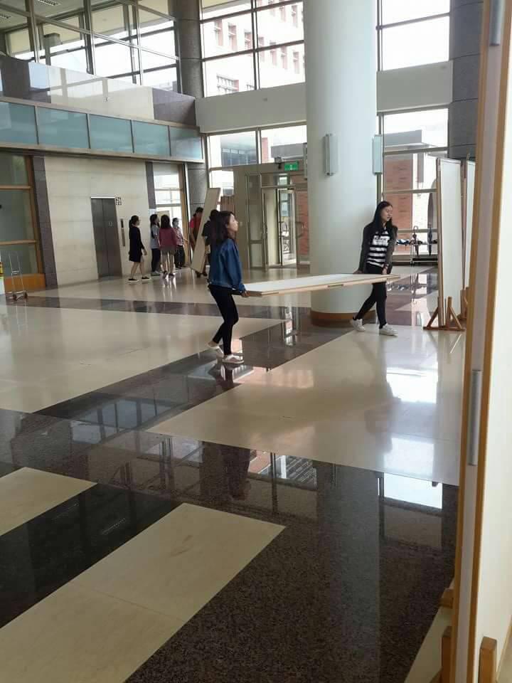 長榮大學同學參與布展作業