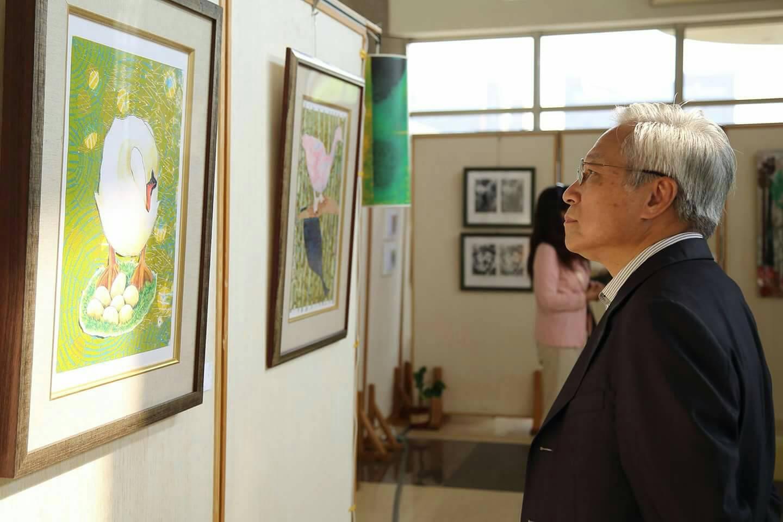 長榮大學黃伯和副校長欣賞藝術創作